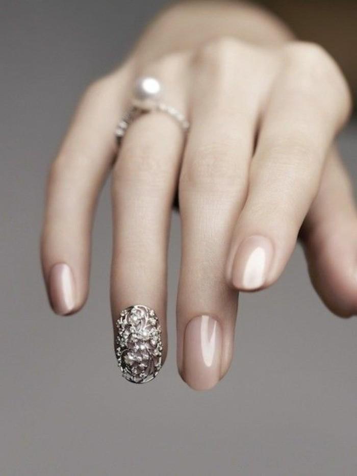 schoene-naegel-bilder-nude-beige-ovale-naegel-design-stein-ring-auf-der-hand