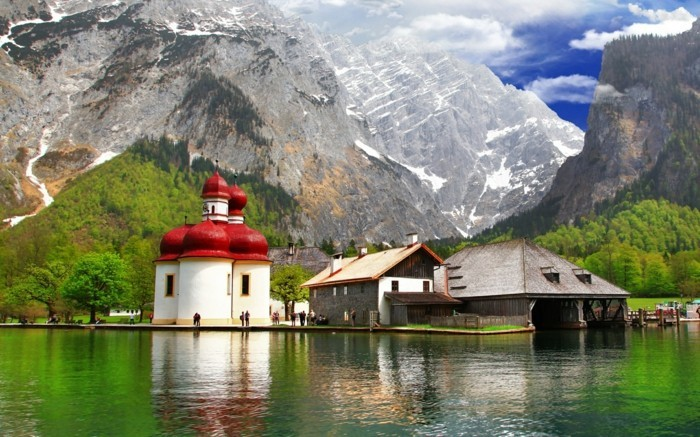 schoene-orte-in-deutschland-gebirge-kirche-rote-decke-hotel-see-berchtesgaden-aussicht