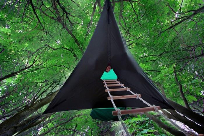 schwarzes-campingzelt-mit-einer-strickleiter