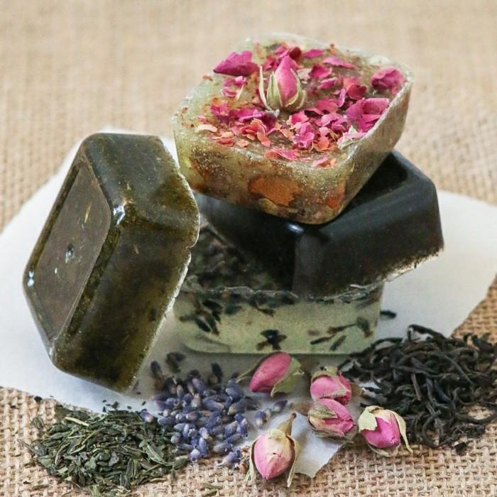 seife-herstellen-seife-mit-extrakt-von-tee-teeseife-rosaseife-lavendelseife