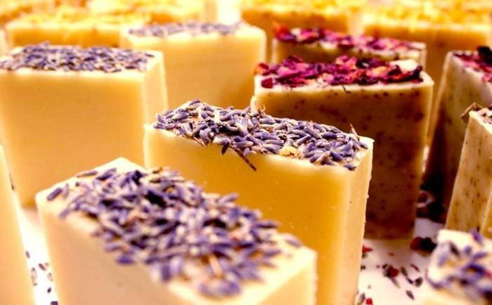 seife-selber-machen-vielfalt-an-aromaseifen-lavendel-zitrone-koerperpeeling-seife