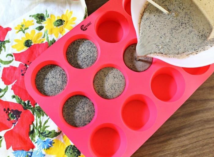 seifen-selber-machen-muffinform-mit-glyzerinseife-fuellen-cupcakeform-fuellen
