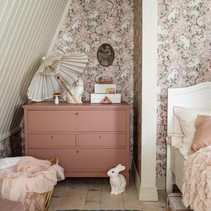 spielzimmer ideen fototapete kinderzimmer für mädchen rosa tapeten mit blumen und hasen rosa kommoder hasendeko