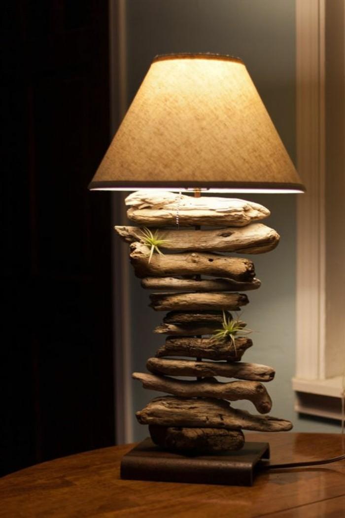 stehlampe-aus-treibholz-lampenschirm-gruene-pflanzen-hoelzerner-tisch-licht