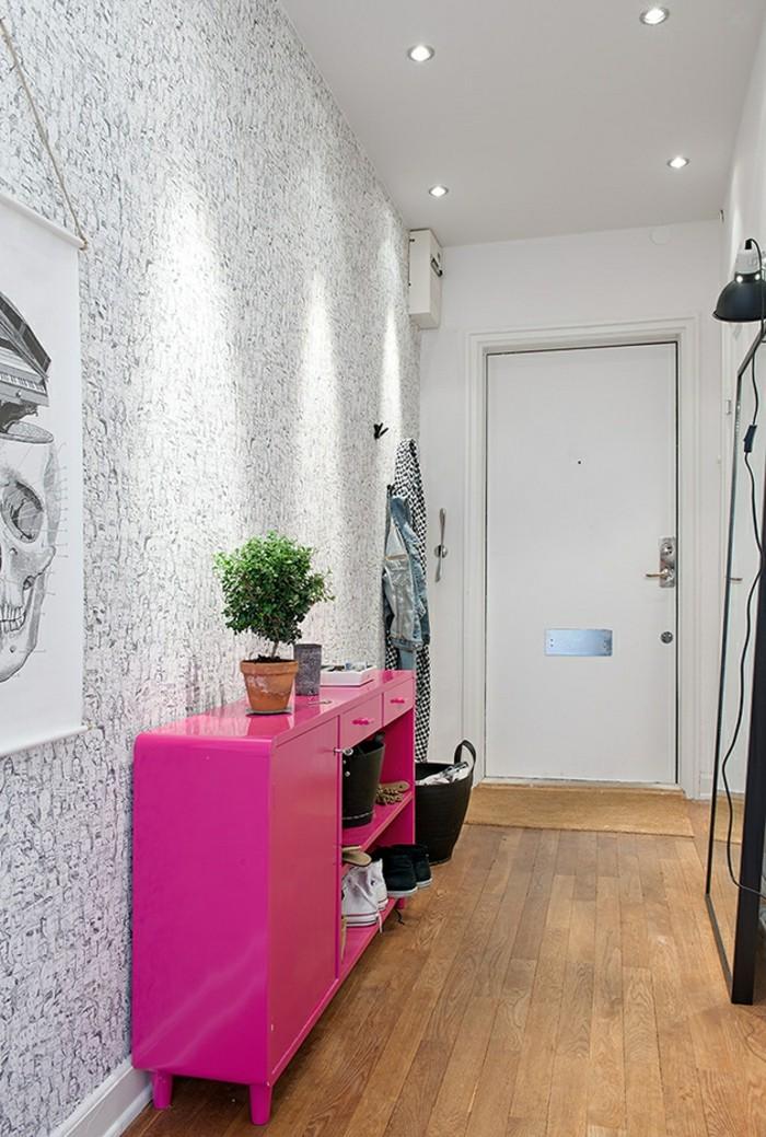 tapeten-für-den-flur-graue-motive-im-kontrast-zu-rosa-regal