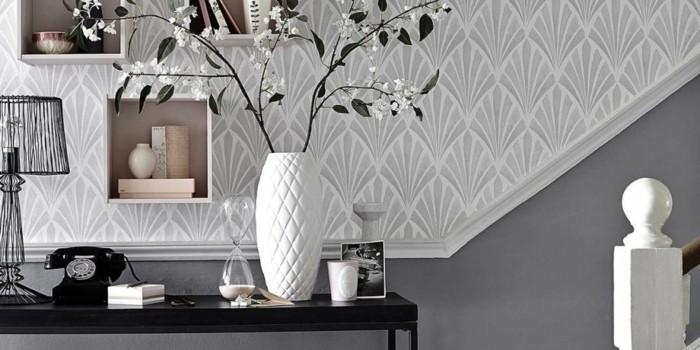 tapeten-für-flur-graue-abstrakte-motive-vase-auf-vordergrund