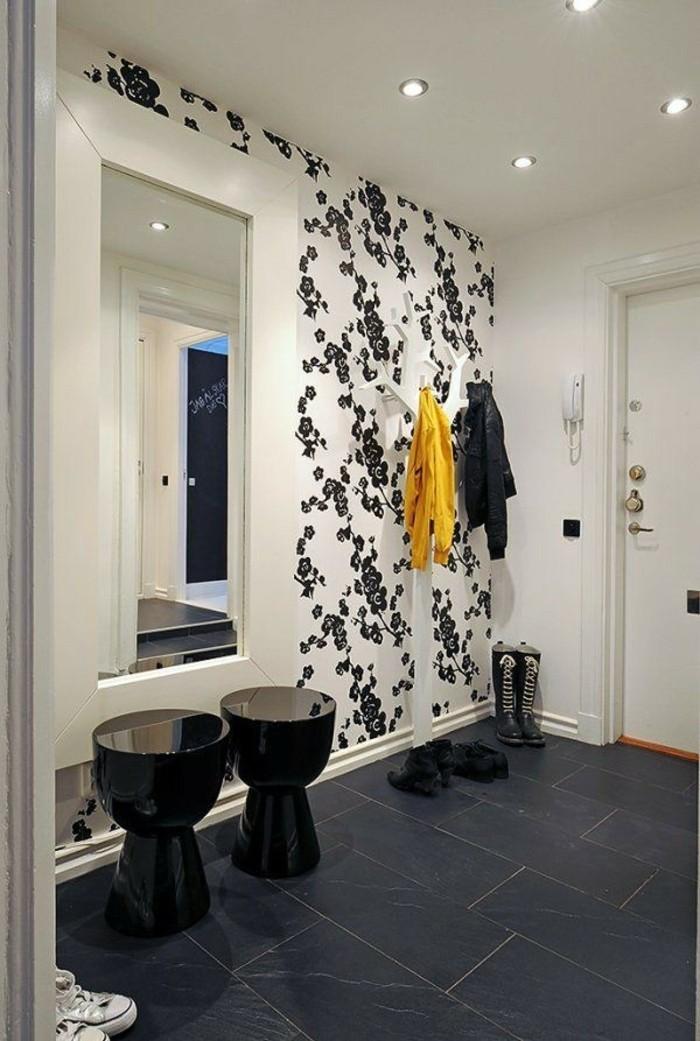 tapeten-für-flur-schwarze-blumen-großer-spiegel
