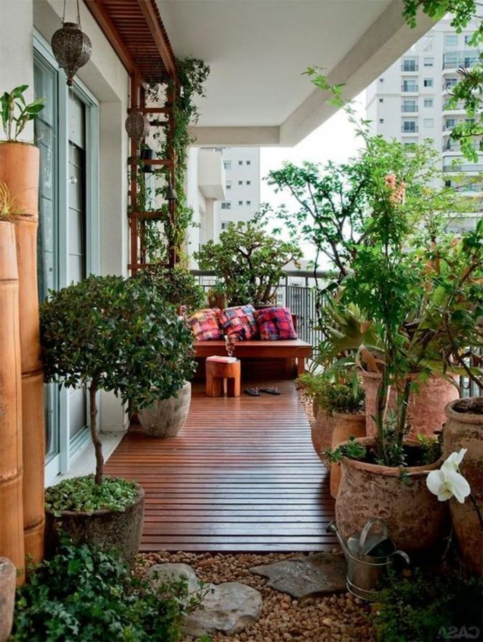 terransengestaltung-ideen-boden-aus-holz-steine-große-blumentöpfe-pflanzen-sofa