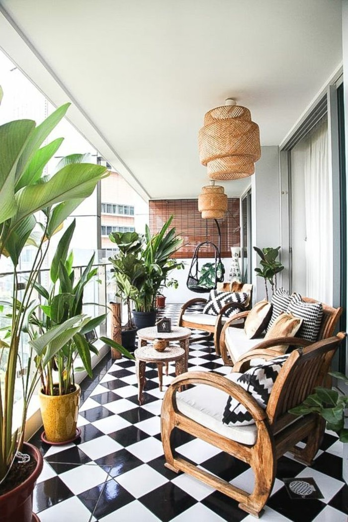 terrassengestaltung-ideen-fliesen-grüne-pflanzen-sessel-aus-holz-runde-tische-lampenschirme