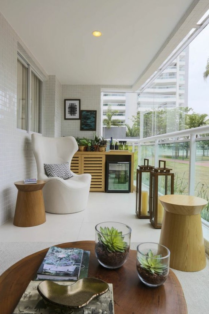 terrassengestaltung-ideen-runder-tisch-glasvasen-mit-grünen-pflanzen-bilder-weißer-stuhl