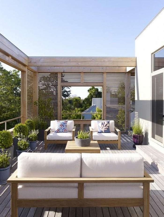 terrassengestaltung-ideen-sofa-sessel-grpne-pflanzen-boden-aus-holz-bäume-kissen