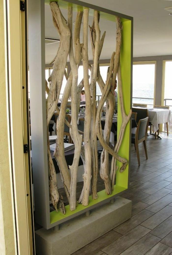 treibholz-ast-boden-aus-holz-raumteiler-tische-stuhle-restaurant