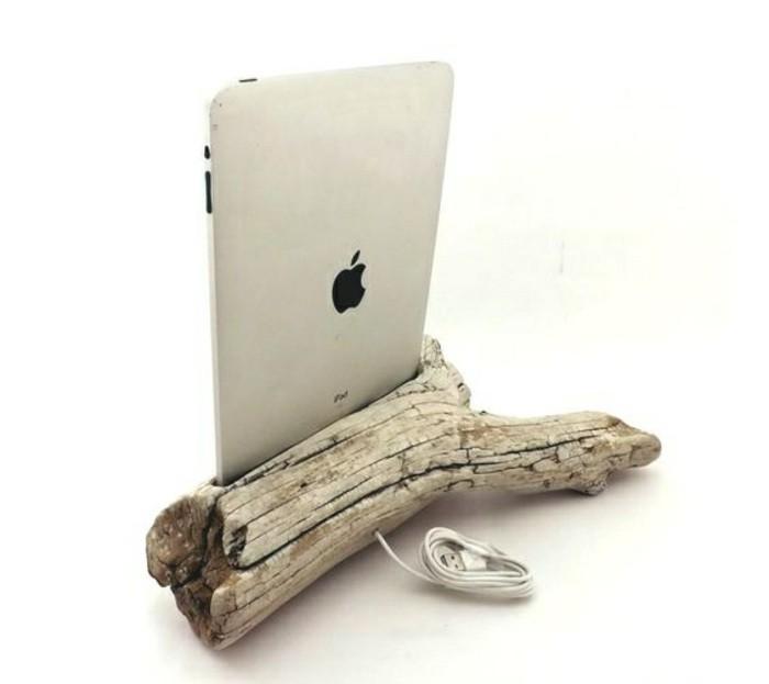 treibholz-basteln-weisser-tablet-ast-kabel-diy-idee-gestell