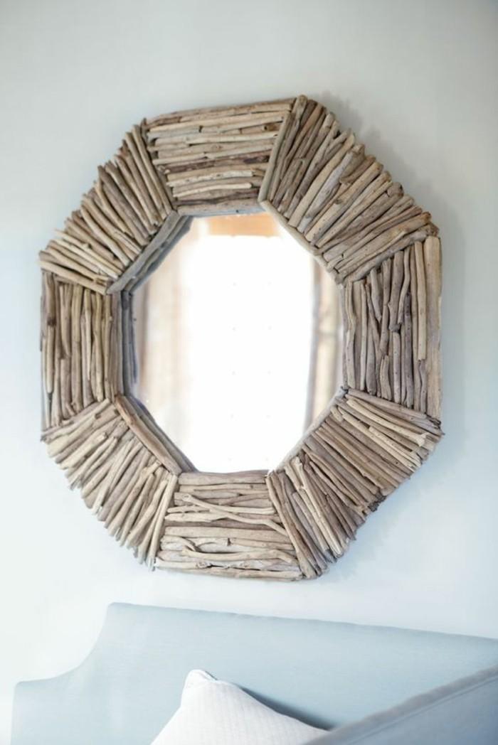 treibholz-deko-spiegel-mit-holz-dekorieren-sofa-weisse-kisse-spiegelrahmen