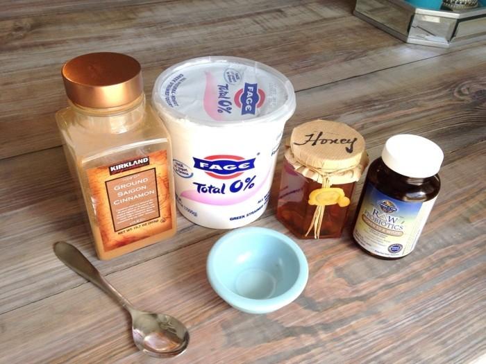 unreine-haut-hausmittel-honig-jogurt-löffel-zimt-hölzerner-tisch-diy-gesichtsmaske