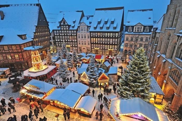 urlaubstipps-deutschland-marktplatz-hildesheim-winter-weihnachtsmarkt-karussell-maerchenhaft