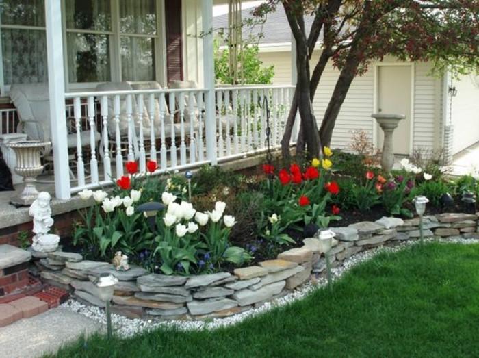 vorgarten-gestalten-tulpenbereich-garten-steine-garten-weißes-haus-steinfiguren-garten