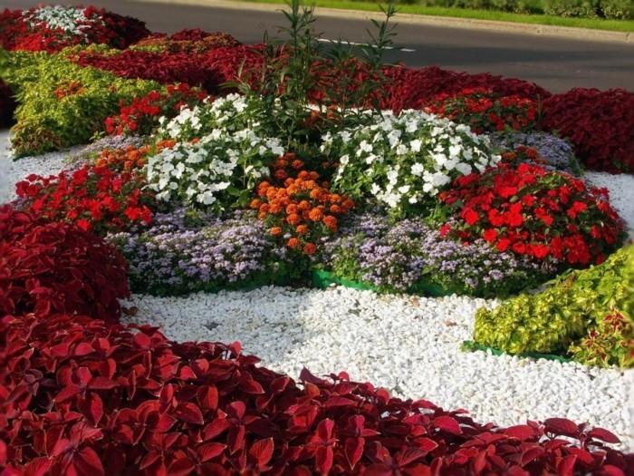 vorgarten-gestalten-weiße-kiesel-rote-blumen-und-pflanzen-weiße-blumen-lila-blumen