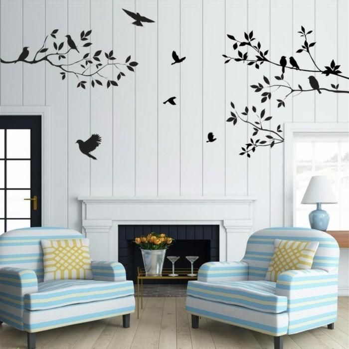 wanddekorationen-wohnzimmer-wandtattoo-bäume-vögel-weiße-wand-feuerstelle-parkettboden-sessel-streifen