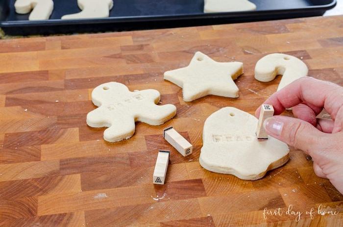 Weihnachtsfiguren aus Teig ausstechen, kreatives Basteln mit Kindern zu Weihnachten