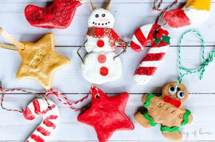 Christbaumschmuck mit Kindern basteln, Weihnachtsfiguren aus Teig ausstechen