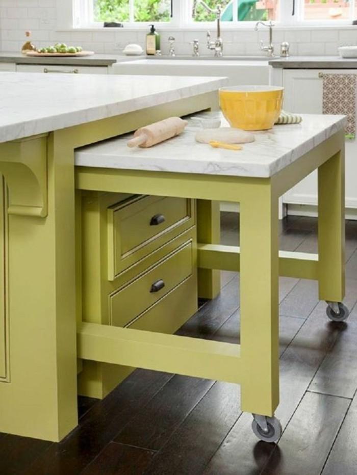 wohnideen-küche-ausziehbarer-tisch-mit-rollen-marmor-grüne-schubladen