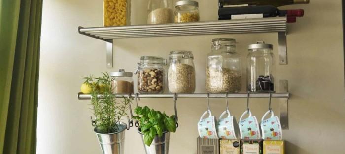 wohnideen-küche-kräuter-tassen-hängen-gläser-pasta-kaffeekapseln-nüssen-wein-weinflaschen