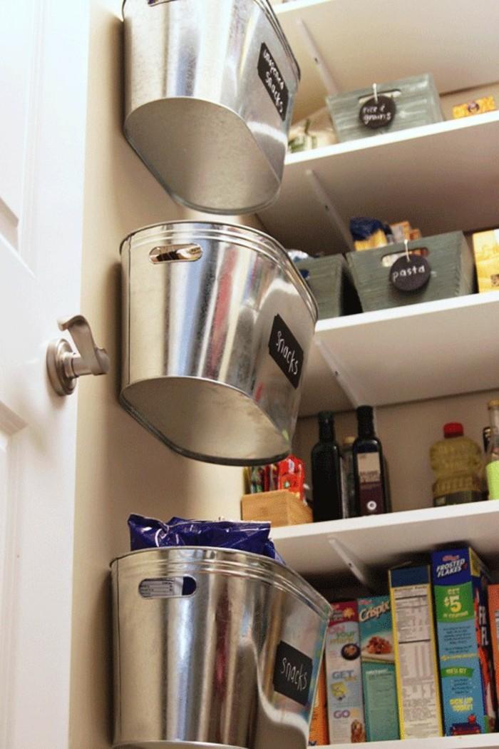 wohnideen-küche-metalleimer-an-der-tür-vom-kückenschrank-wohnideen-selber-machen