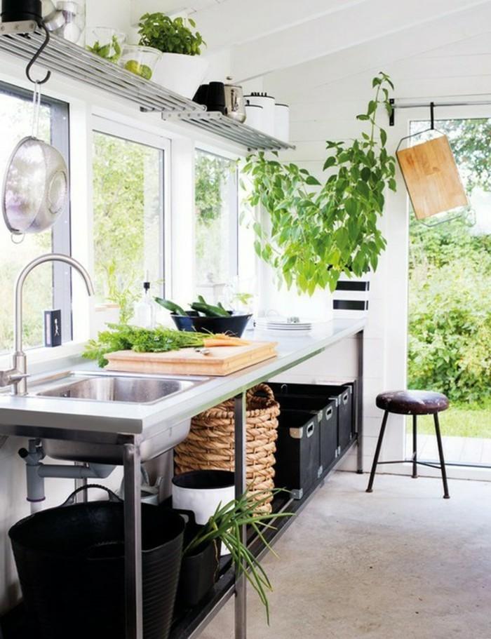 wohnideen-küche-pfanne-besteck-über-waschbecken-hängen-platz-unter-waschbecken-nutzen
