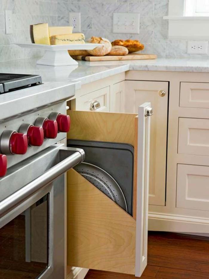 wohnideen-küche-schrank-holzauszug-bleche-neben-ofen-marmor-tischplatte-kochplatte-gas