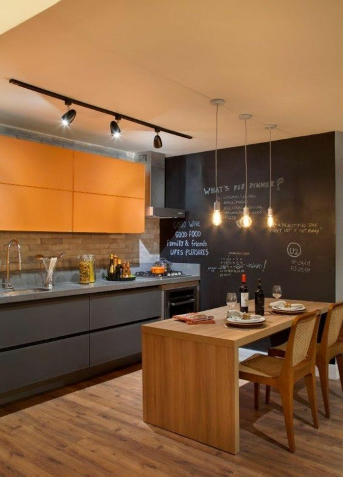 wohnideen-küche-schwarze-tafel-lampen-kreide-hölzerner-tisch-stühle-waschbecken