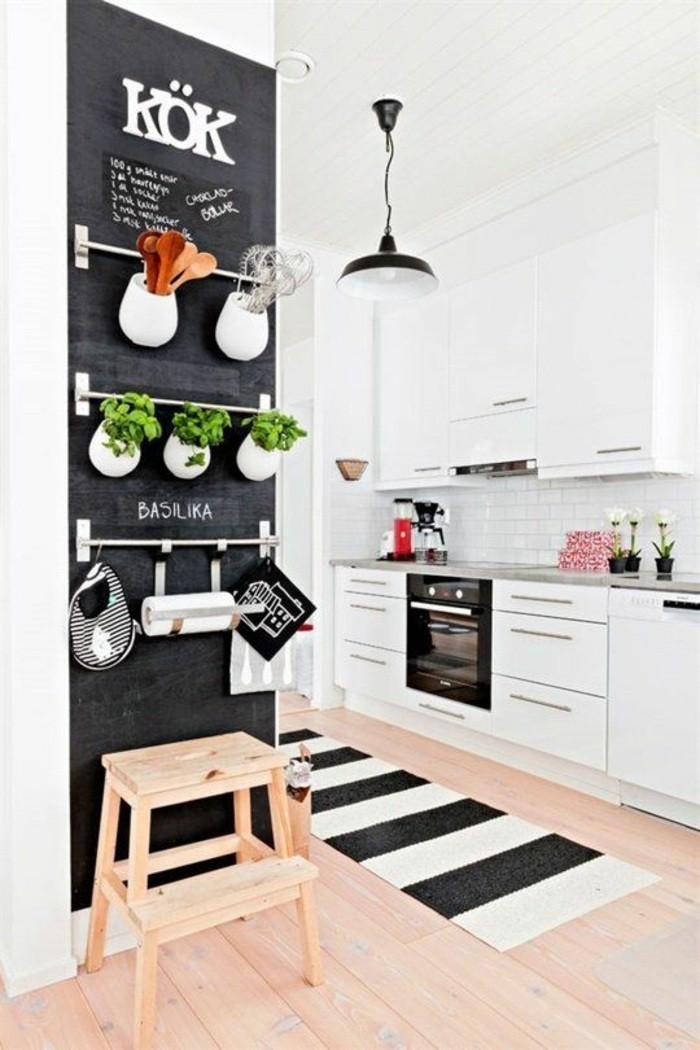 wohnideen-küche-schwarze-tafel-tepich-weiße-schränke-lampe-ofen-suhl-kräuter-löffel-blumen