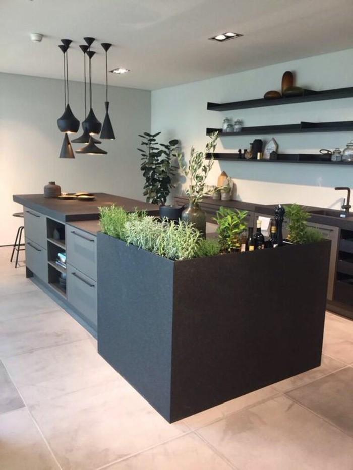wohnideen-küche-schwarzer-kücheninsel-lampen-rehale-waschbecken-grüne-pflanzen-fliesen