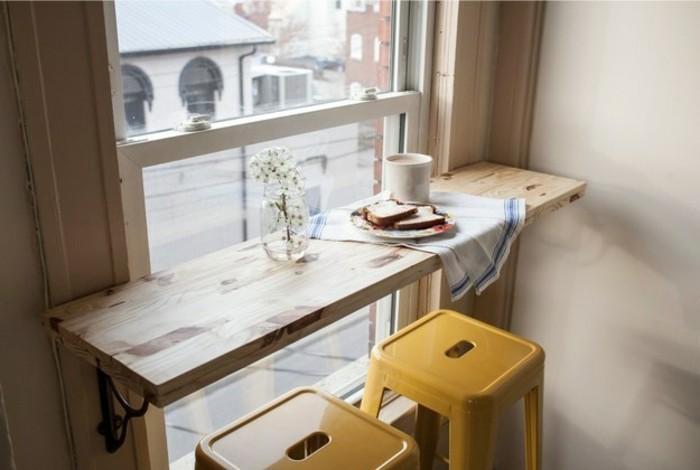 wohnideen-küche-tischplatte-holz-metallstühle-gelb-frühstück-blumendeko-straßenaussicht