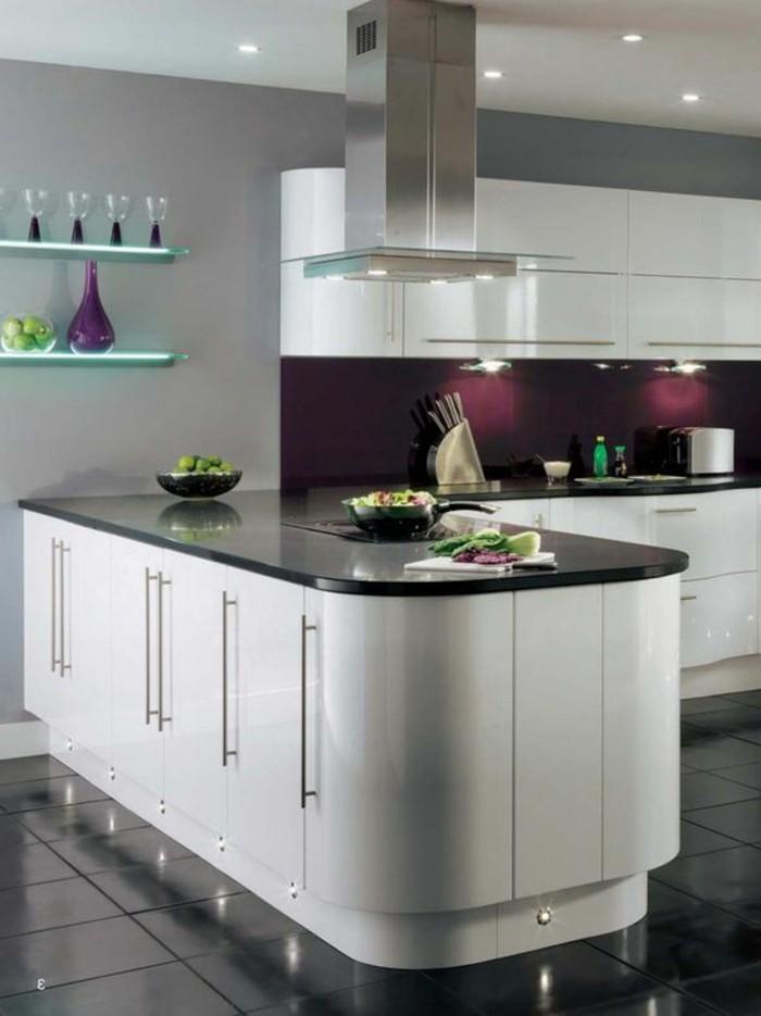 wohnideen-küche-weiße-schränke-aspirator-regale-vasen-obst-schwarze-fliesen-messer