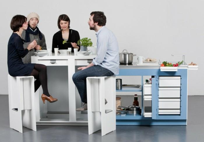 wohnideen-küche-weißer-tisch-ausziehbaren-stühlen-blaue-tischplatte-induktionsplatte