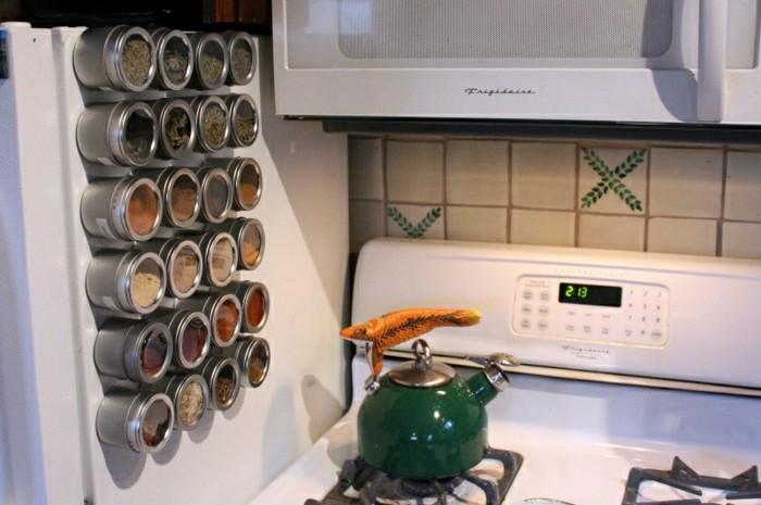 wohnideen-selber-machen-gewürze-magnit-kühlschrank-lagern-herd-rückwand-küche-mikrowelle