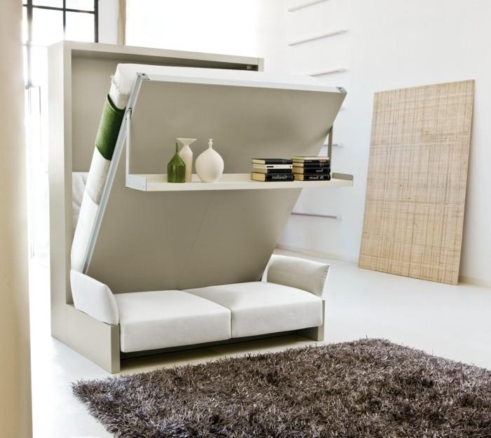 kreative-wohnideen-wohnideen-wohnzimmer-ausklappbares-bett-bett-couch-weiße-couch-dunkler-teppich-weißer-boden