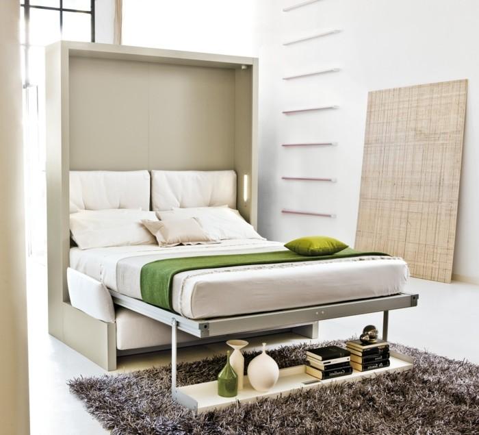 kreative-wohnideen-wohnideen-wohnzimmer-ausklappbares-bett-regal-büvher-dekorative-vasen-dunkler-teppich-weißer-boden