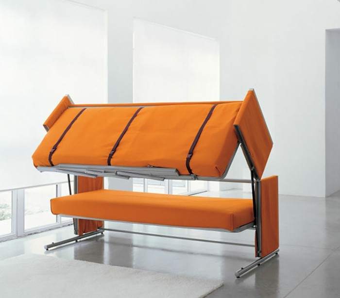 wohnideen-wohnzimmer-orange-couch-bett-metallbeinen