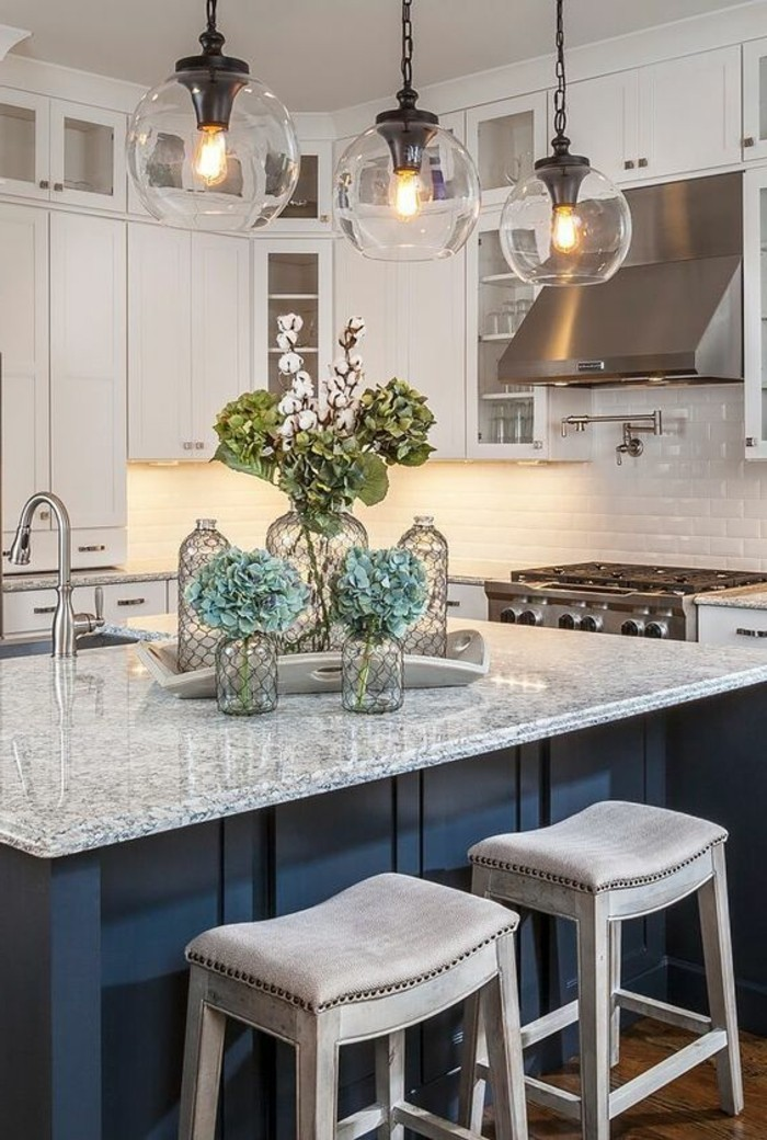 wohnungdeko-gläser-glasvasen-lampen-blumen-waschbecken-kücheninsel-schränke-aspirator