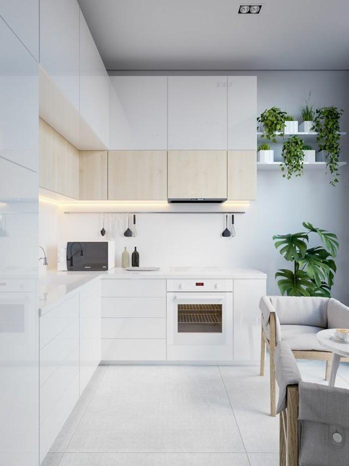 wohnungdeko-küche-in-weiß-grüne-pflanzen-ofen-beleuchtung-stühle-fliesen-grüne-pflanzen-regale