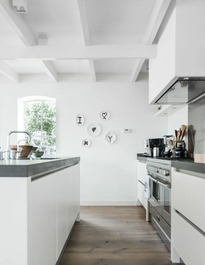 wohnungdeko-küche-in-weiß-waschbecken-teller-wandddeko-ofen-löffel