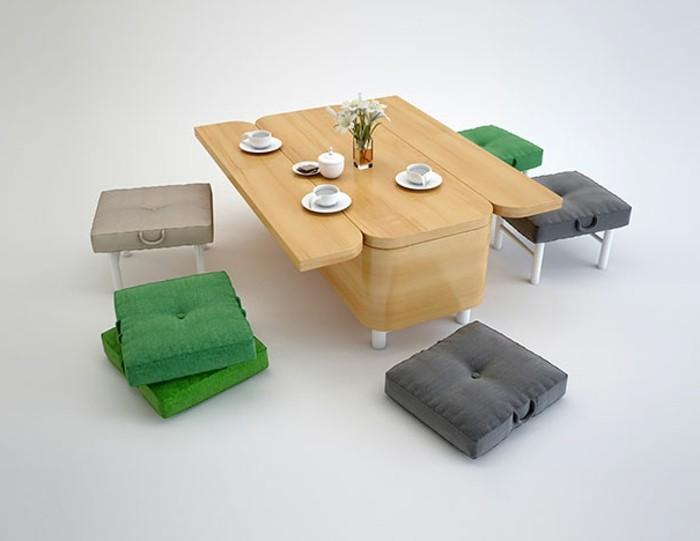 wohnungseinrichtungen-couch-esstisch-holz-polsterstühle-polsterhocker-tischdeko-blumen-kaffeetassen