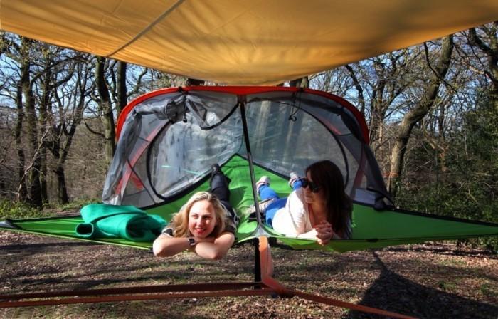 zwei-frauen-in-einem-zelt