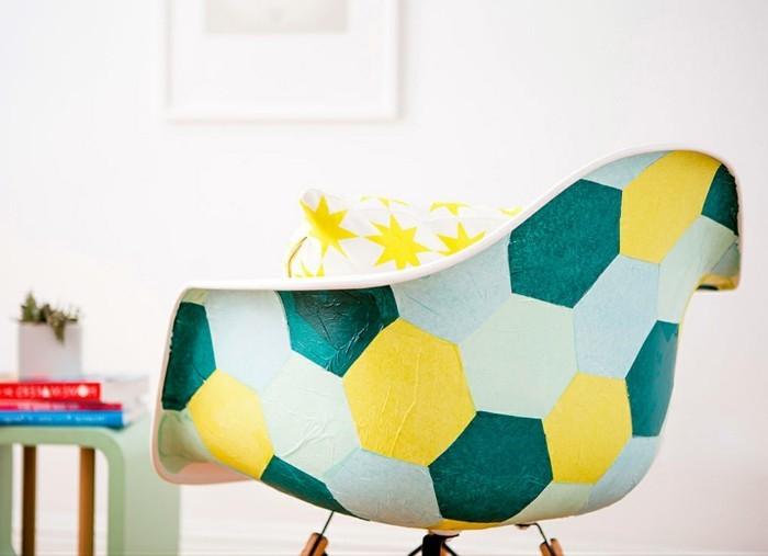 1-alte-möbel-aufpeppen-bunter-stuhl-dekokisse-bücher