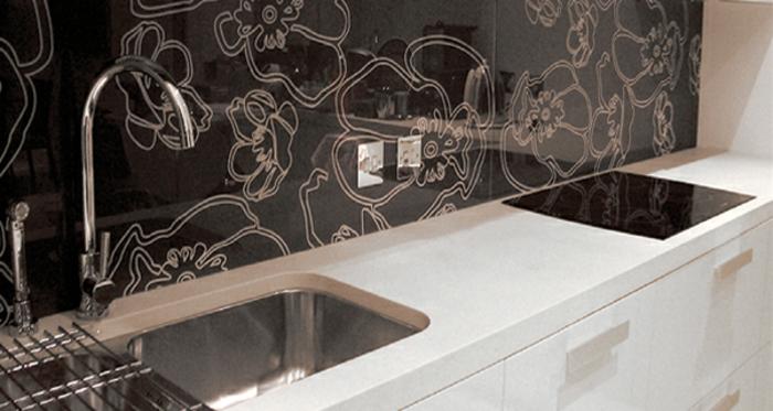 schwarze abstrakte küchenrückwand mit weißen blumen