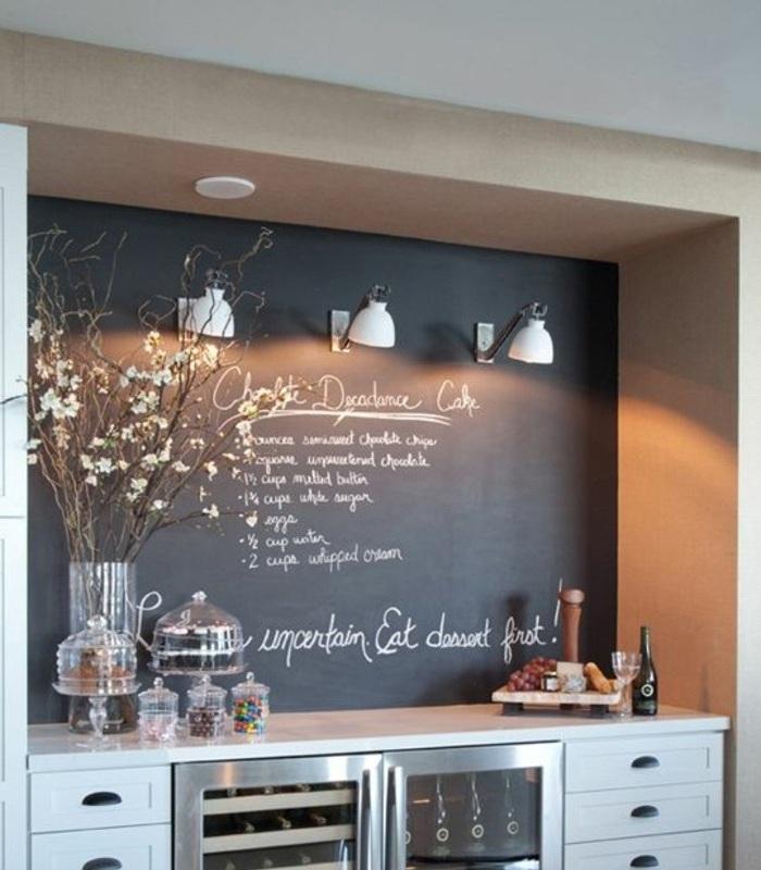 kreative wandgestaltung in der küche mit schwarzer kreidetafel