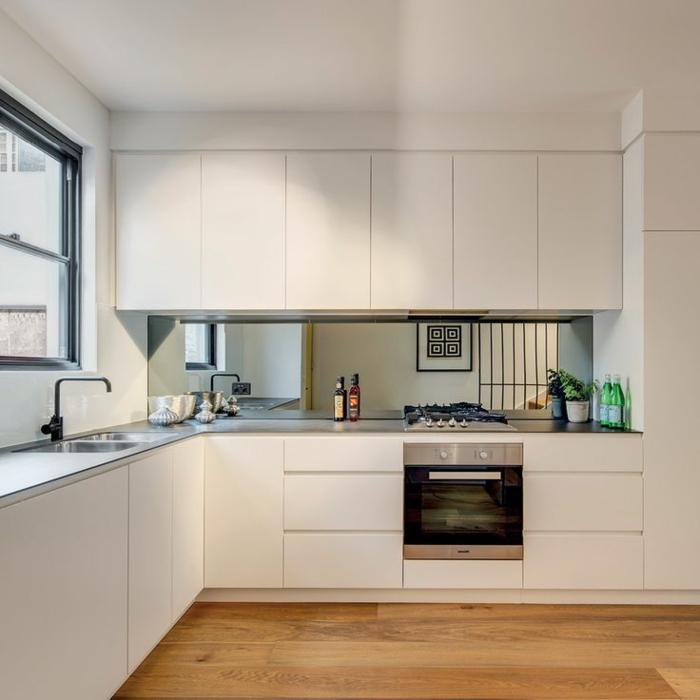stilvolle weiße küche mit küchenrückwand - spiegel