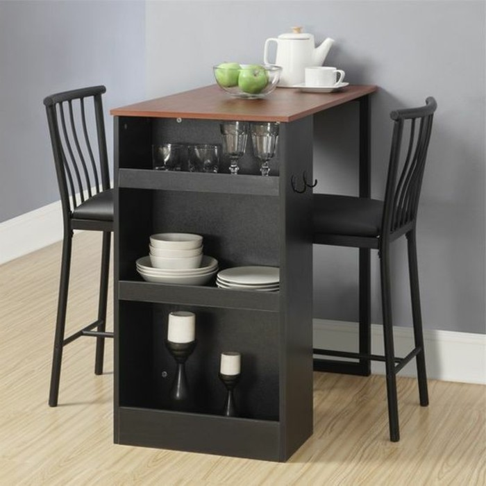 10-qm-zimmer-einrichten-esstisch-mit-regale-schwarz-zwei-stühle-laminatboden